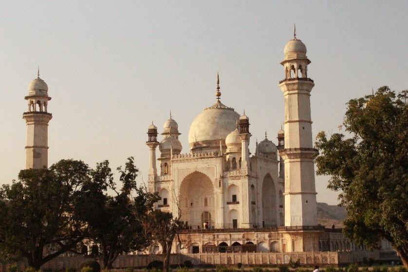 le tourisme durable me conduit à l'engagement humanitaire akvin chouponline monument auragabad