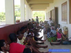 Association médicale dispensaire à Madagascar pirogue pour Ambanja chouponline 3